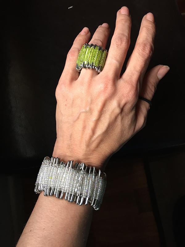 Pulsera y anillo hechos con imperdibles