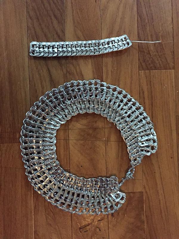 Gargantilla  y pulsera hechas con las anillas de las latas he hilo elástico plateado