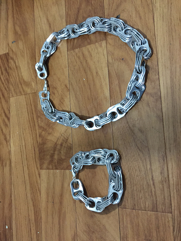 Gargantilla y pulsera hechas con anillas de latas
