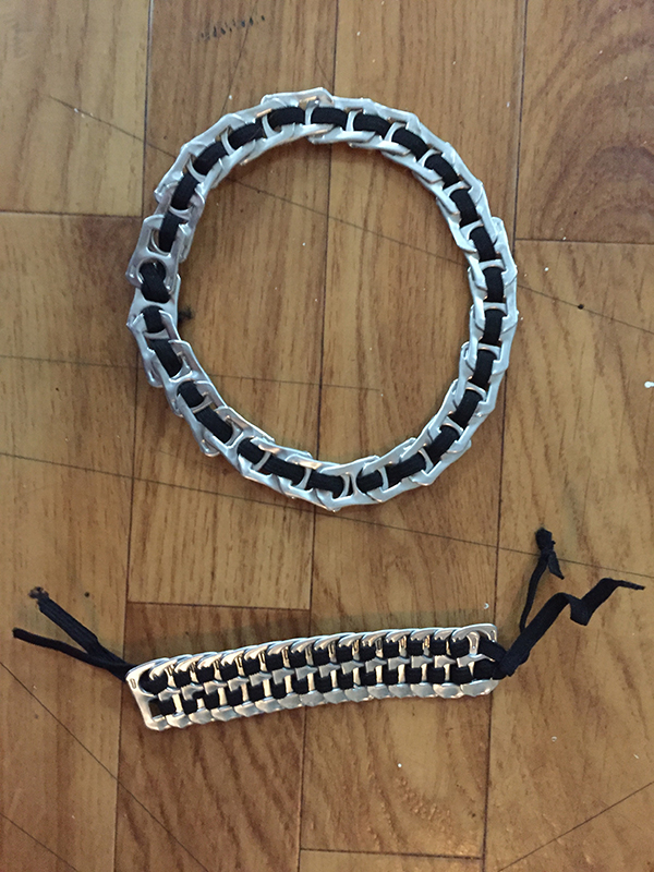 Gargantilla  y pulsera hechas con las anillas de las latas y goma elástica