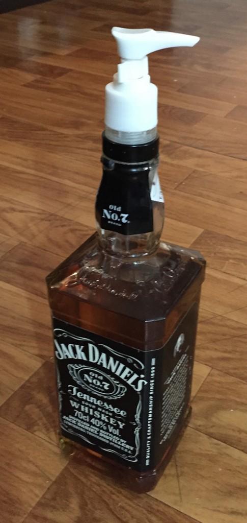Botella de Jack Daniel's con jabón y dosificador