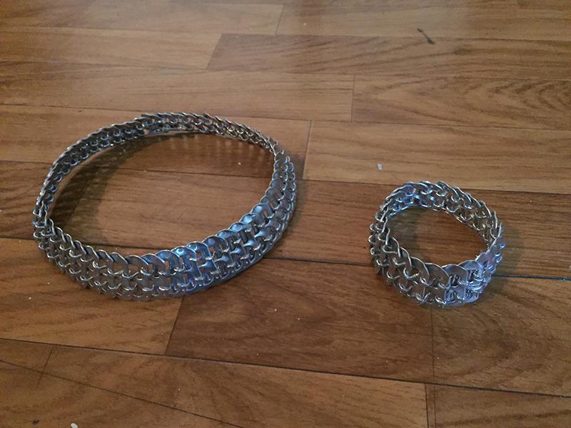Gargantilla  y pulsera hechas con las anillas de las latas y hilo elástico plateado