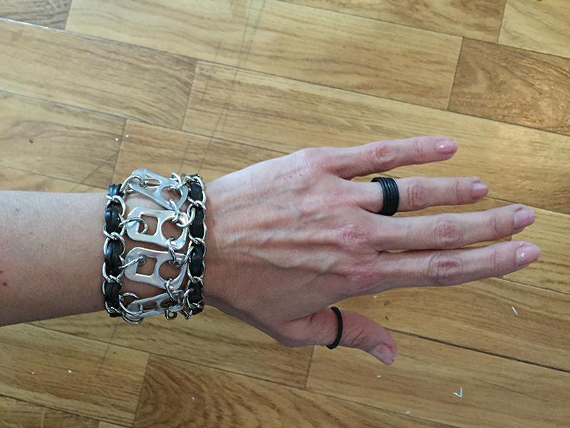 Pulsera hecha con las anillas de las latas y cadena